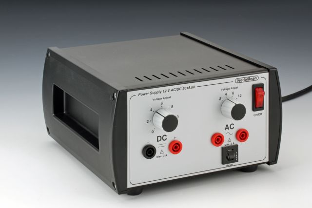 Napěťový zdroj 12 V AC/DC