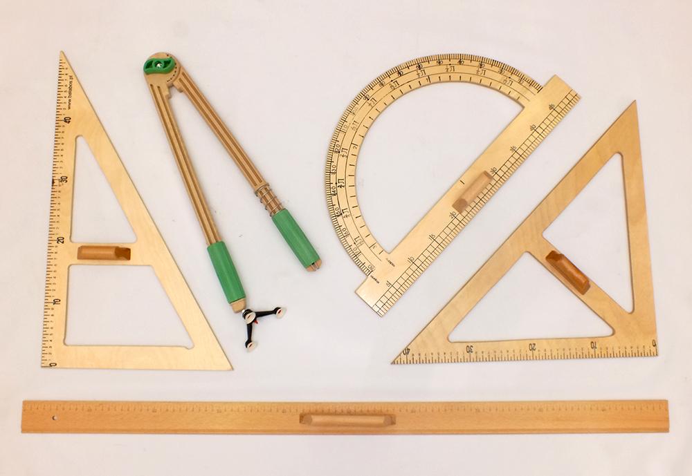 Sada dřevěných pravítek na tabuli